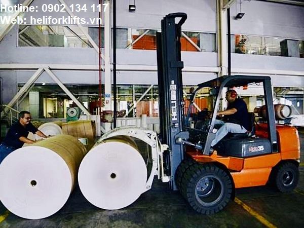 Xe nâng kẹp cuộn giấy xoay 360 độ lắp trên khung nâng 6m