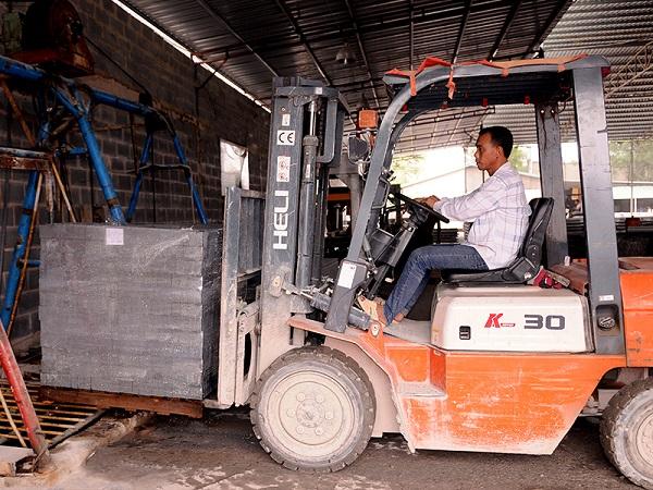 Hình ảnh xe nâng Heli 3 tấn nâng pallet gạch 3 tấn tại nhà máy gạch không nung