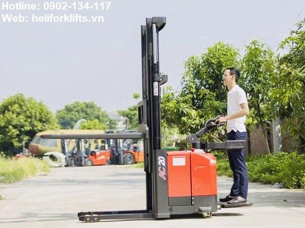 Xe nâng điện đứng lái 2 tấn chân hẹp dùng cho pallet mở