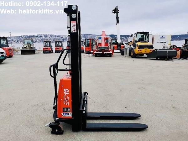 Xe nâng tay điện bán tự động 1.5 tấn chân hẹp pallet mở